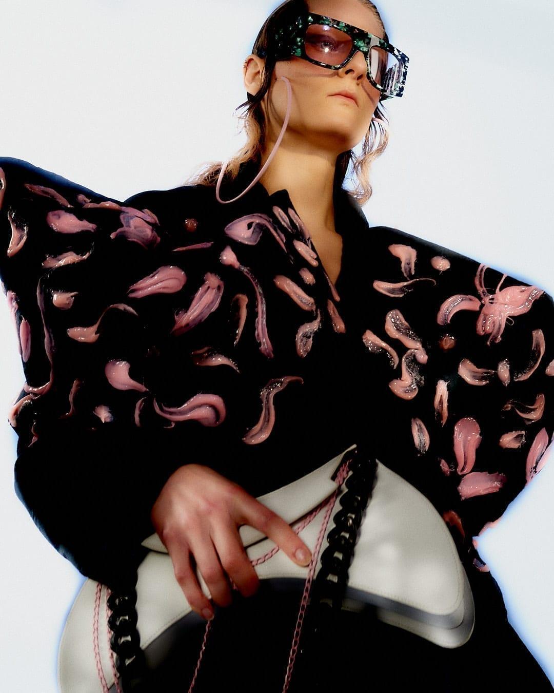 Zoom sur la directrice artistique Eva Gaumé, qui pilote la marque de lunettes extravagante Emmanuelle Khanh